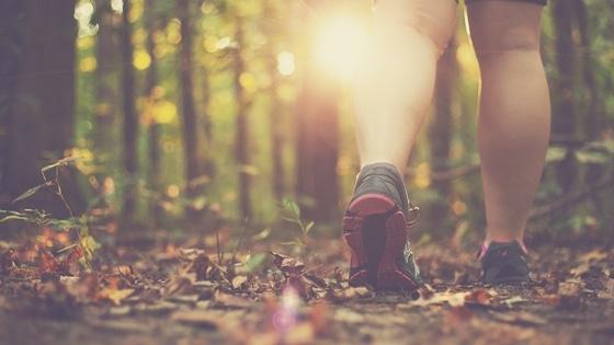 Une femme qui marche dans la nature / Laurie Audibert / Coach Holistique