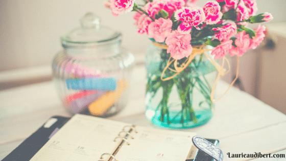 Bureau avec un agenda et des fleurs