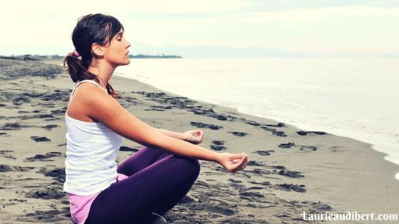 Femme qui médite pour augmenter son taux vibratoire