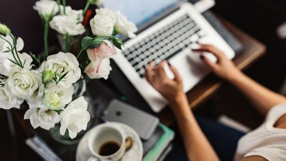 Entrepreneuse qui développe sa visibilité sur Internet / Laurie Audibert / Business coach