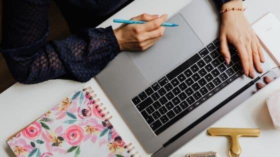 Adjoint virtuel qui est en train de travailler sur son ordinateur / Laurie Audibert, Coach Holistique pour Entrepreneuses Spirituelles